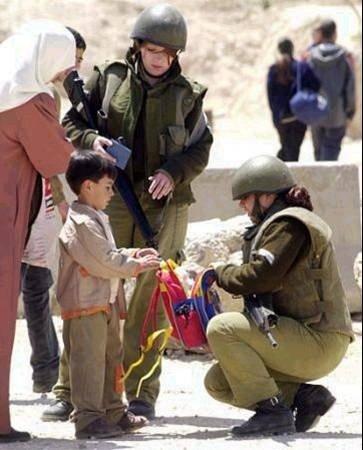 soldaten doorzoeken schooltas jochie